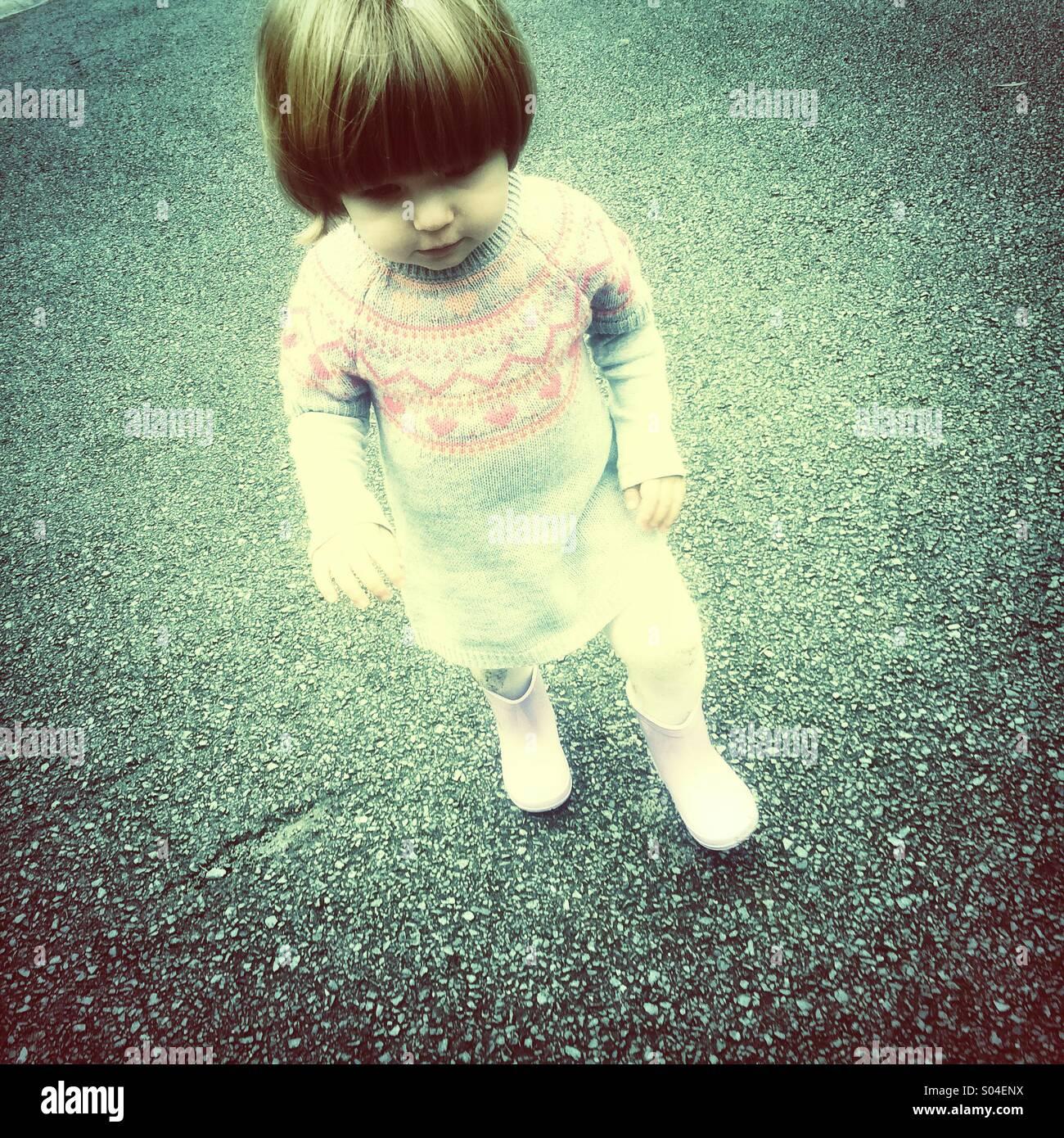 Niño caminando con botas Wellington Imagen De Stock
