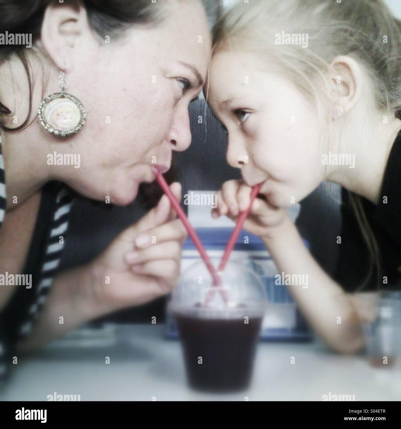 Madre e hija bebiendo un slushie. Imagen De Stock