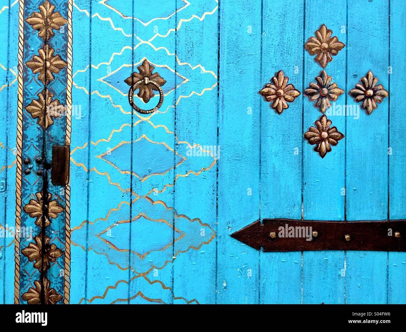 Puerta pintada de azul en la zona de Funk Arts District de Santa Bárbara, California Imagen De Stock