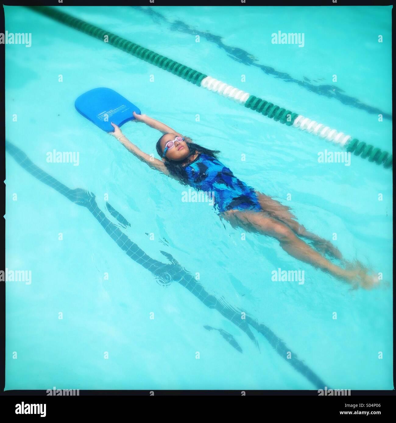 Niña aprendiendo a nadar Imagen De Stock