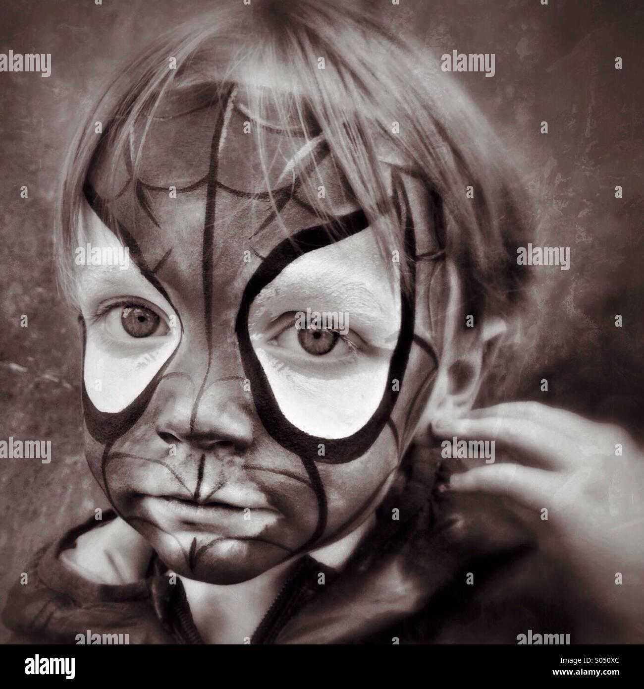Triste Spidey. Niño infeliz en Spider-Man maquillaje Imagen De Stock