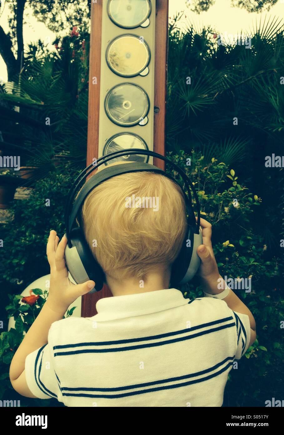 Chico con auriculares para escuchar música Imagen De Stock