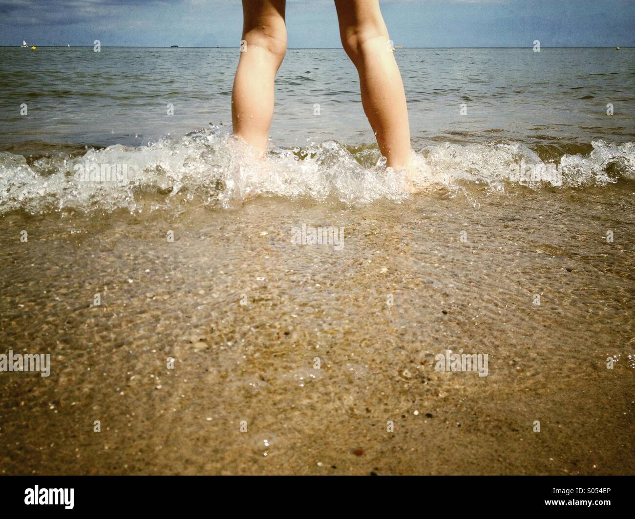 Niño en el mar Imagen De Stock