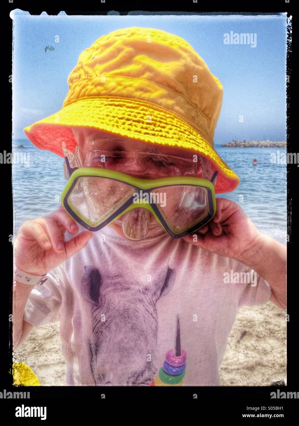 Tres años de edad tratando de gafas que son demasiado grandes para él Imagen De Stock
