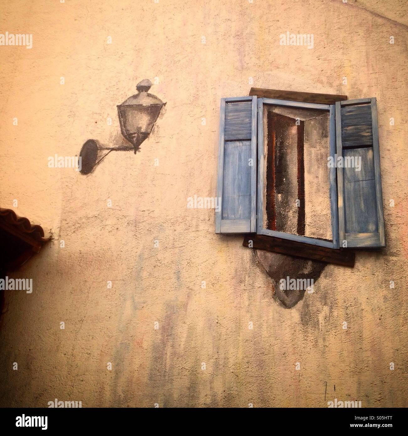 Una ventana y una lámpara de la calle pintado en una pared naranja decorar la hija del Alfarero hotel en Queretaro, Imagen De Stock