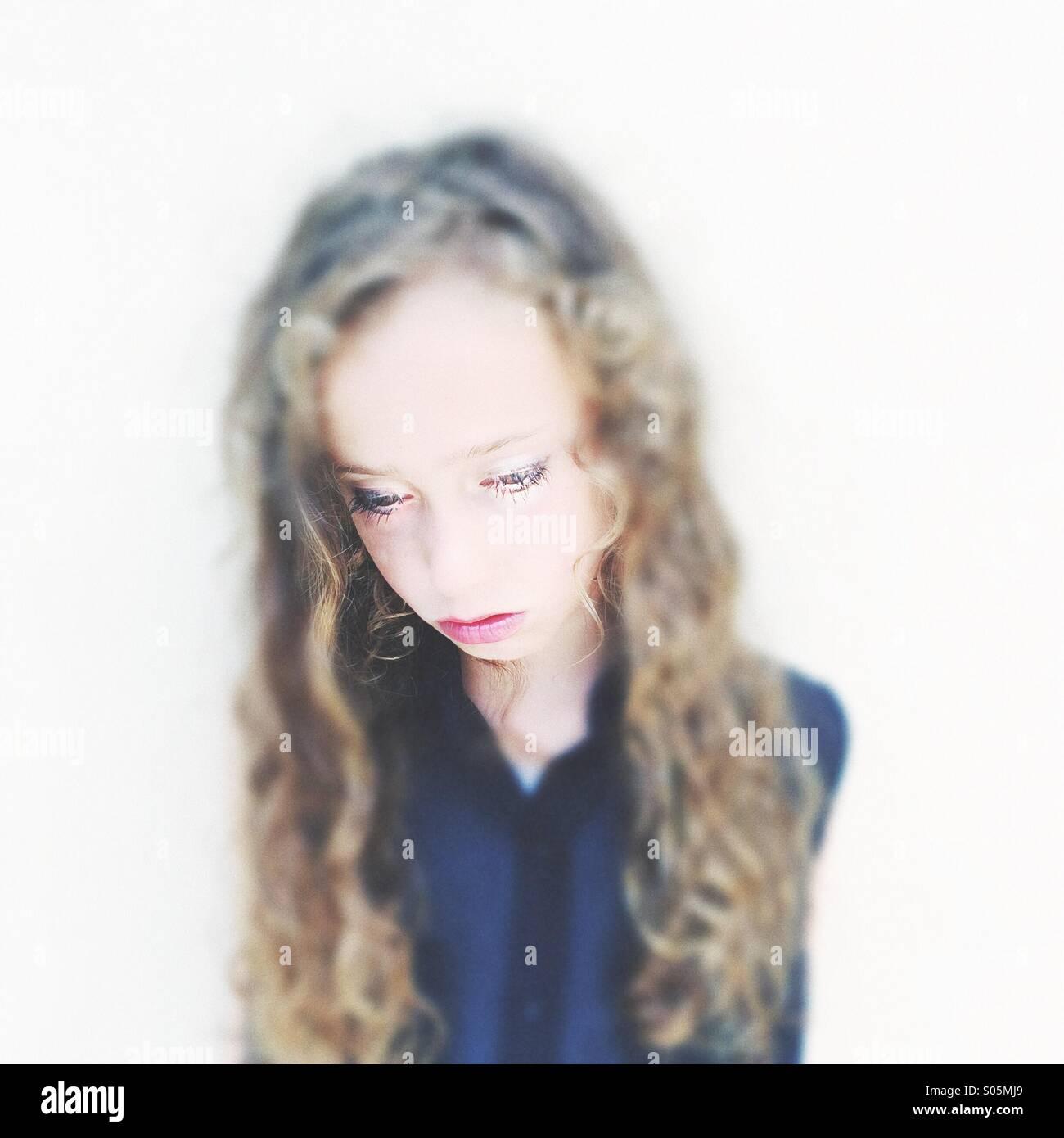 Chica siete ocho mirando triste y solitaria Imagen De Stock