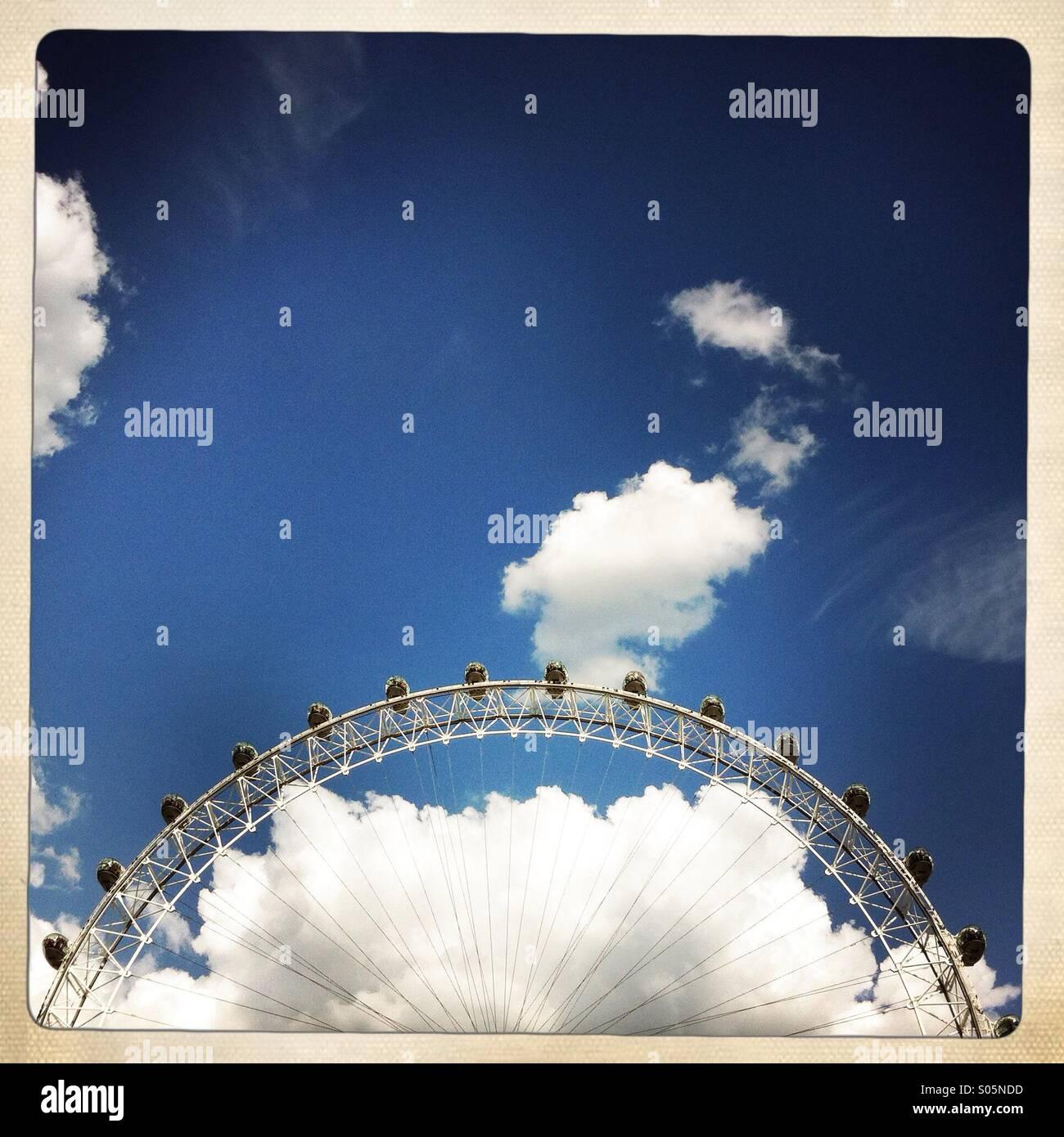 El London Eye y las nubes. Londres England Reino Unido. Imagen De Stock