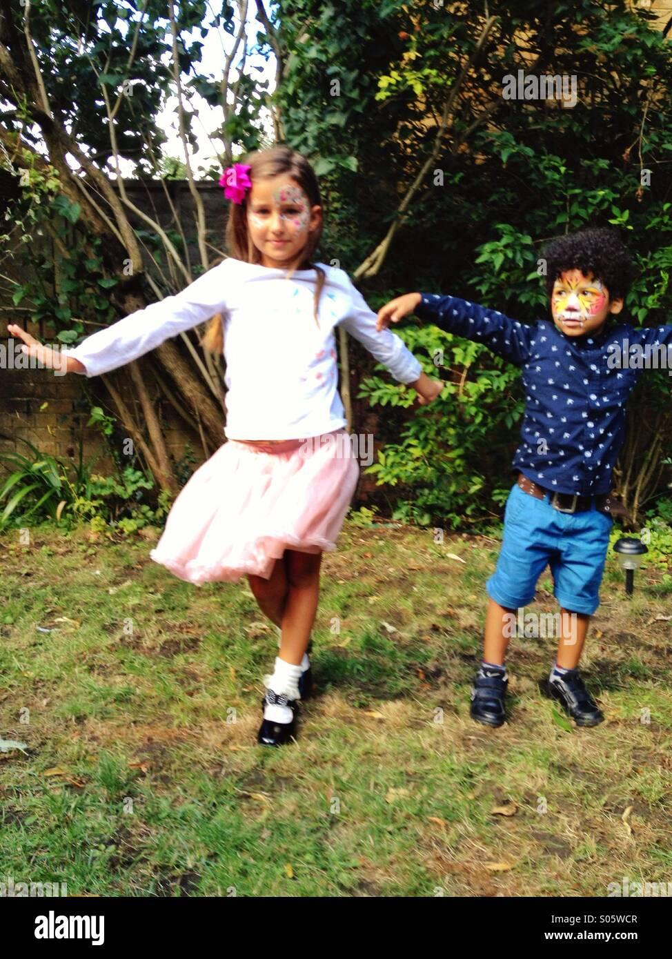 Los niños bailando Imagen De Stock