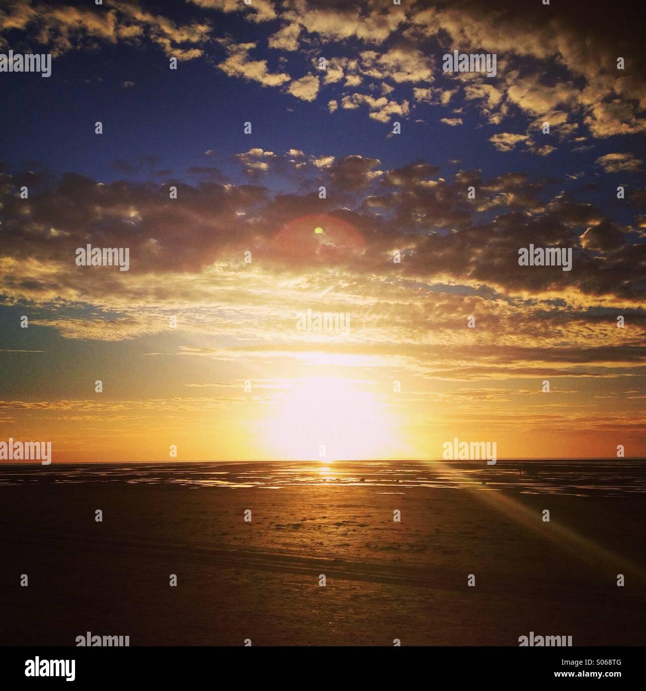 Puesta de sol sobre la Bahía de Liverpool, Inglaterra. Imagen De Stock
