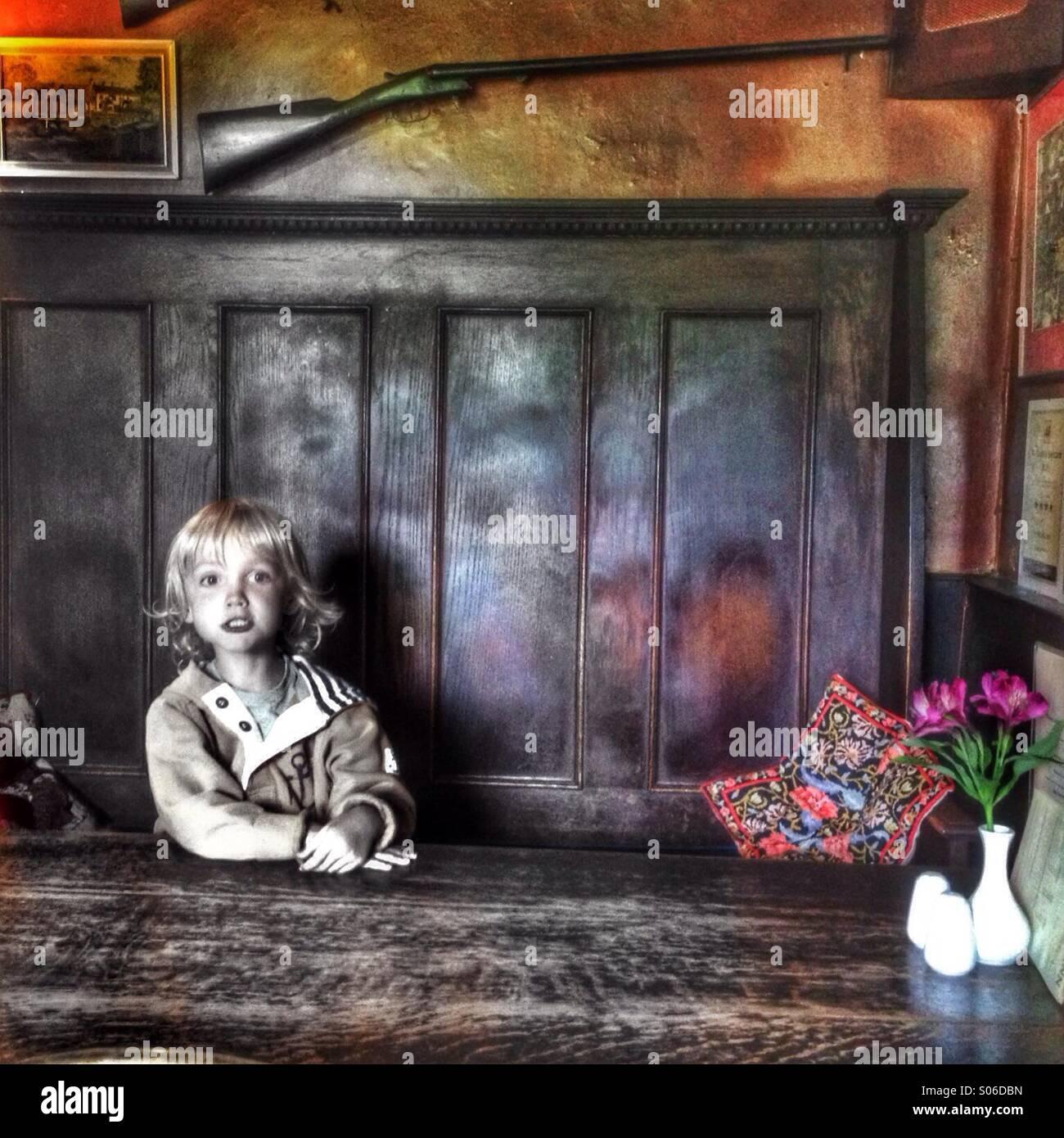 Sentado en una mesa Imagen De Stock
