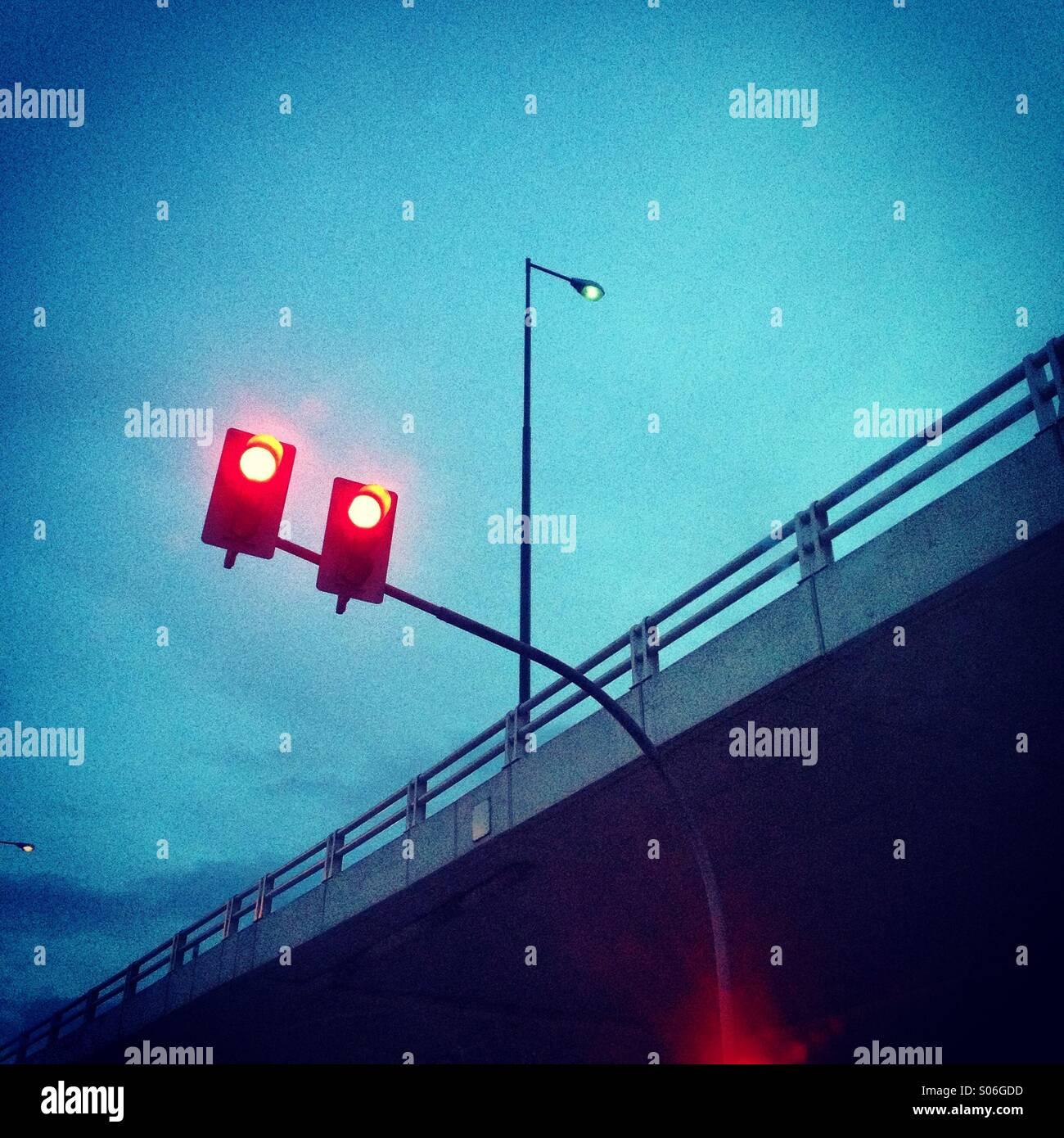Luces rojas debajo del paso elevado Imagen De Stock