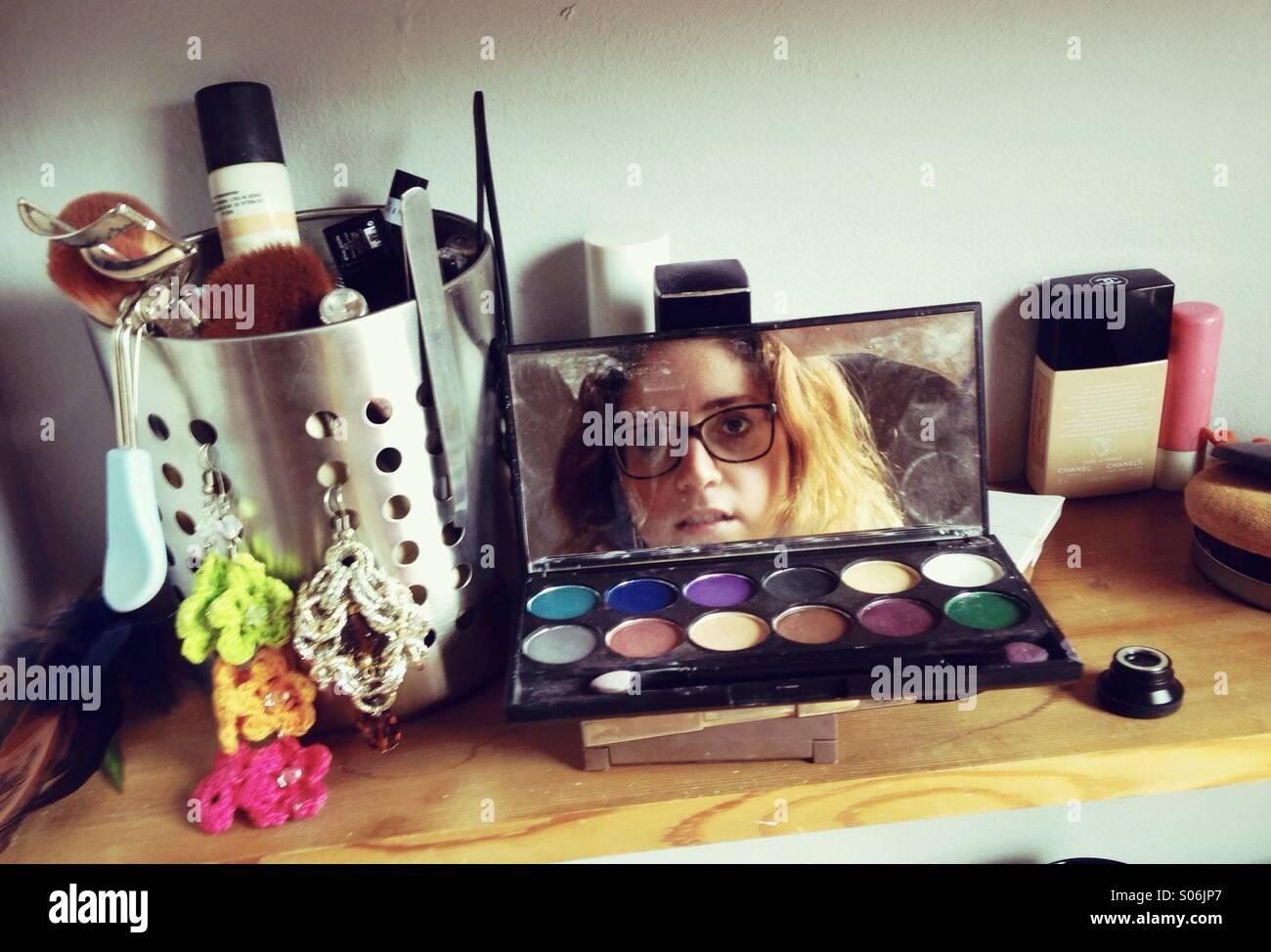 Reflejo de una chica en su set de maquillaje Imagen De Stock