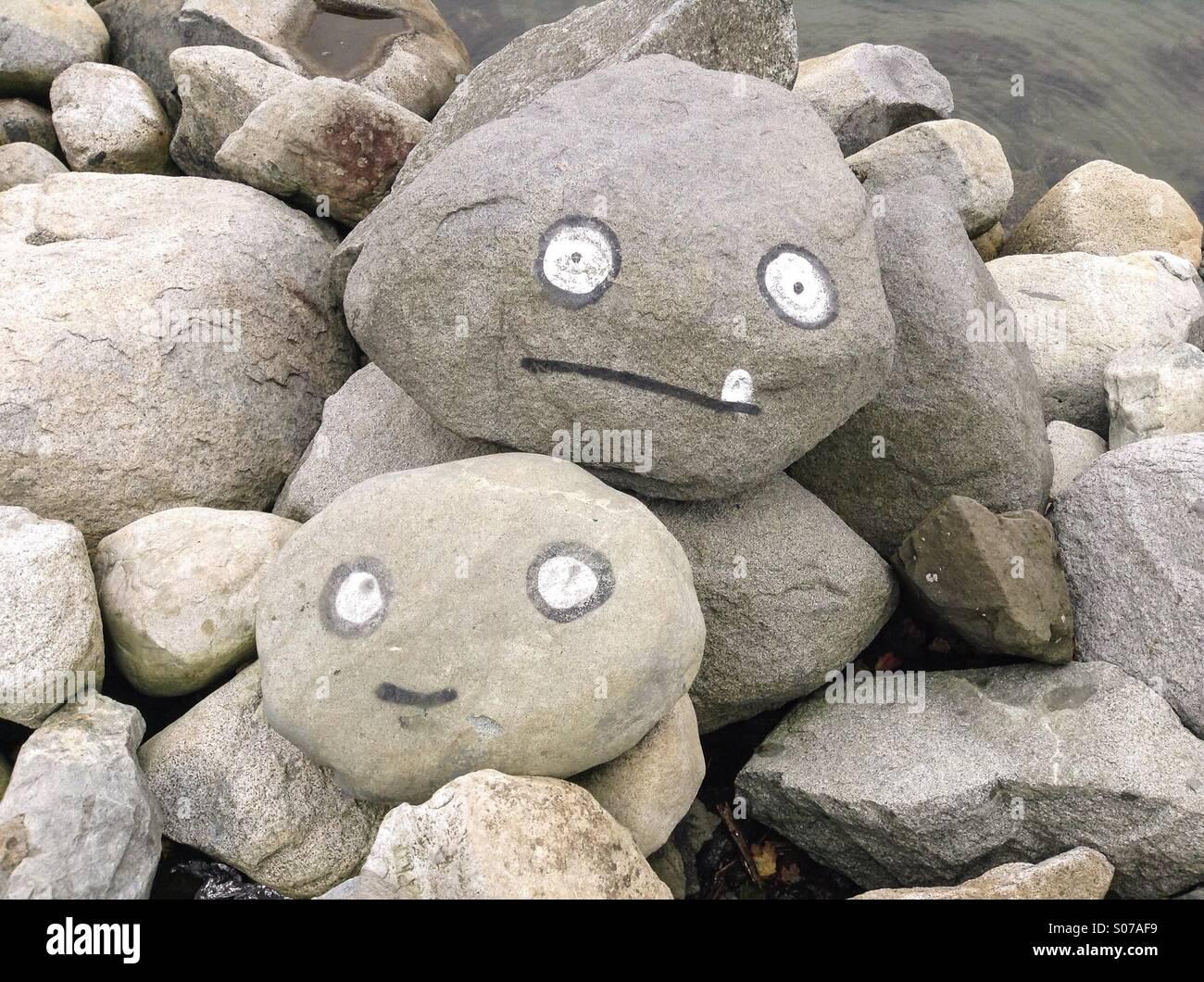 Apedrearon las caras, las rocas con sus caras pintadas Imagen De Stock
