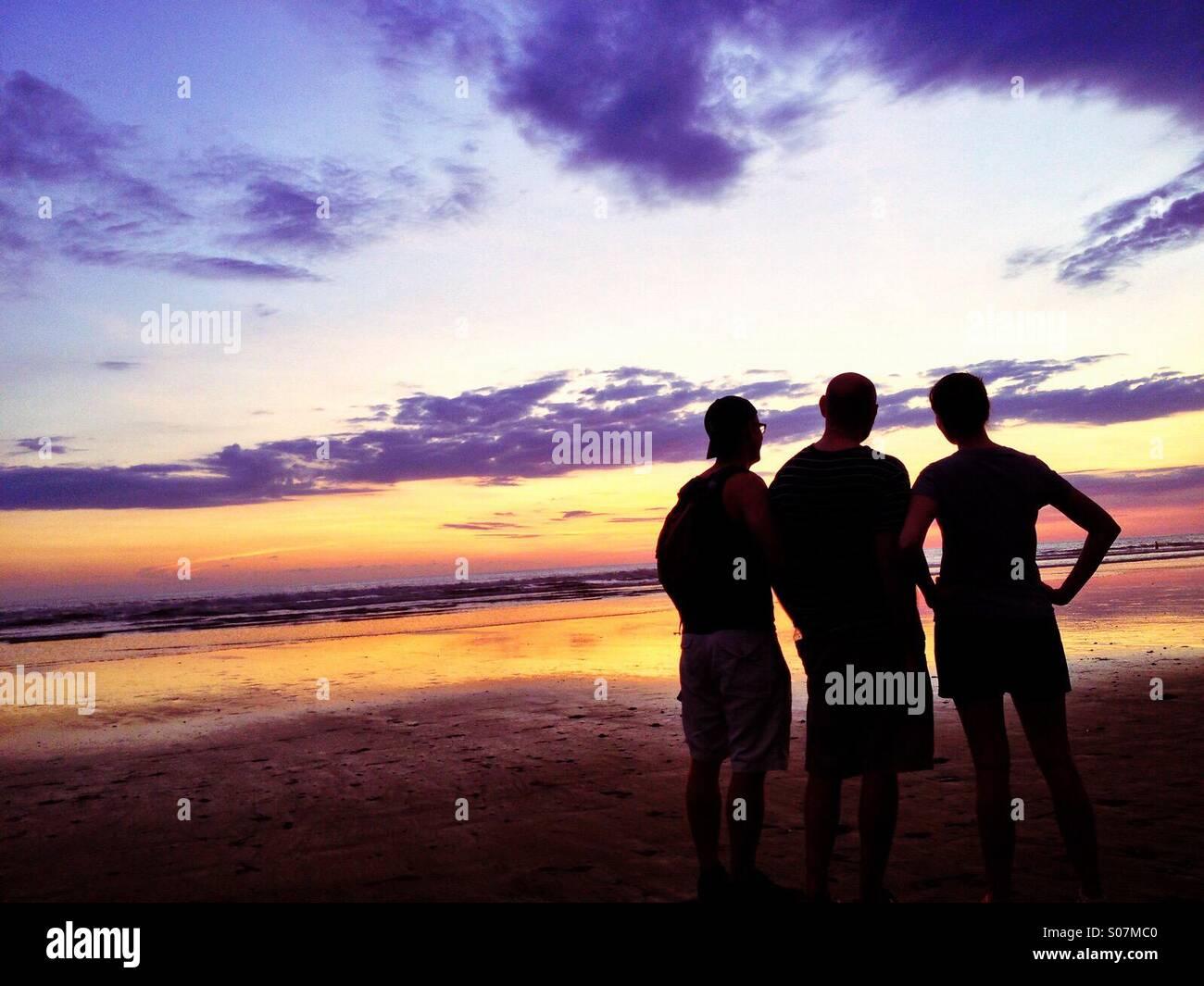 Tres amigos en la playa, el Océano Pacífico, Costa Rica Imagen De Stock