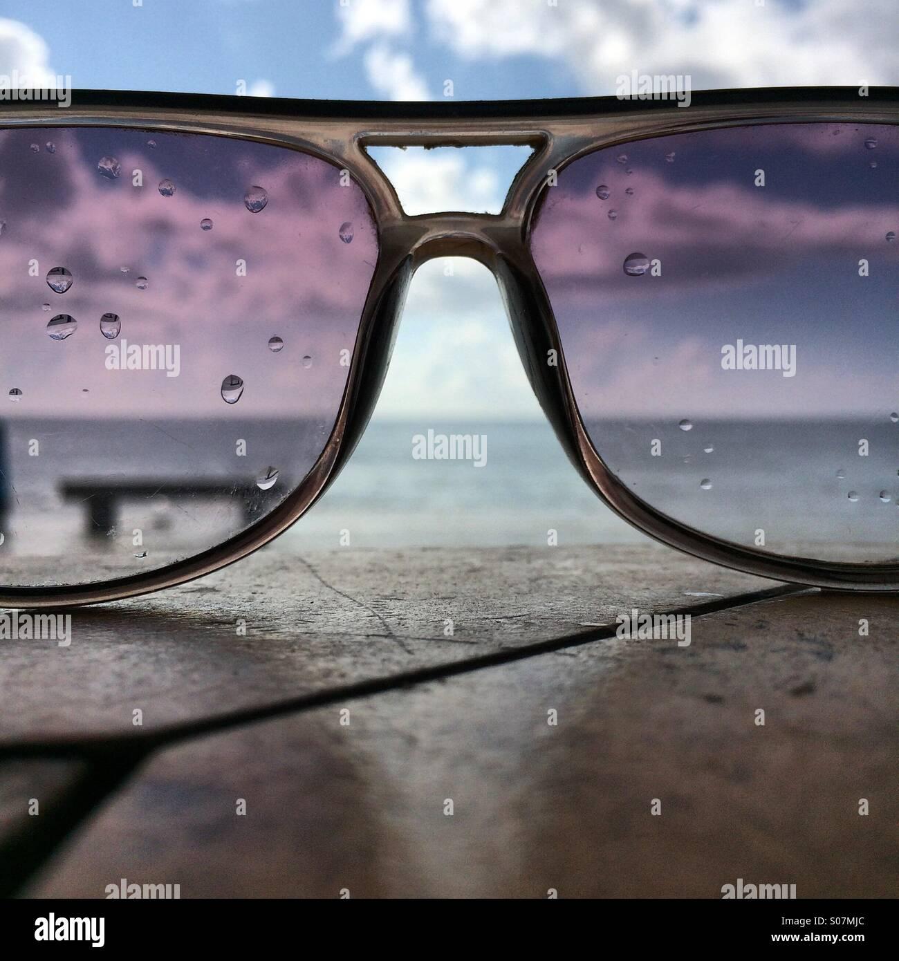 El mar a través de la lluvia empapó gafas de sol Imagen De Stock