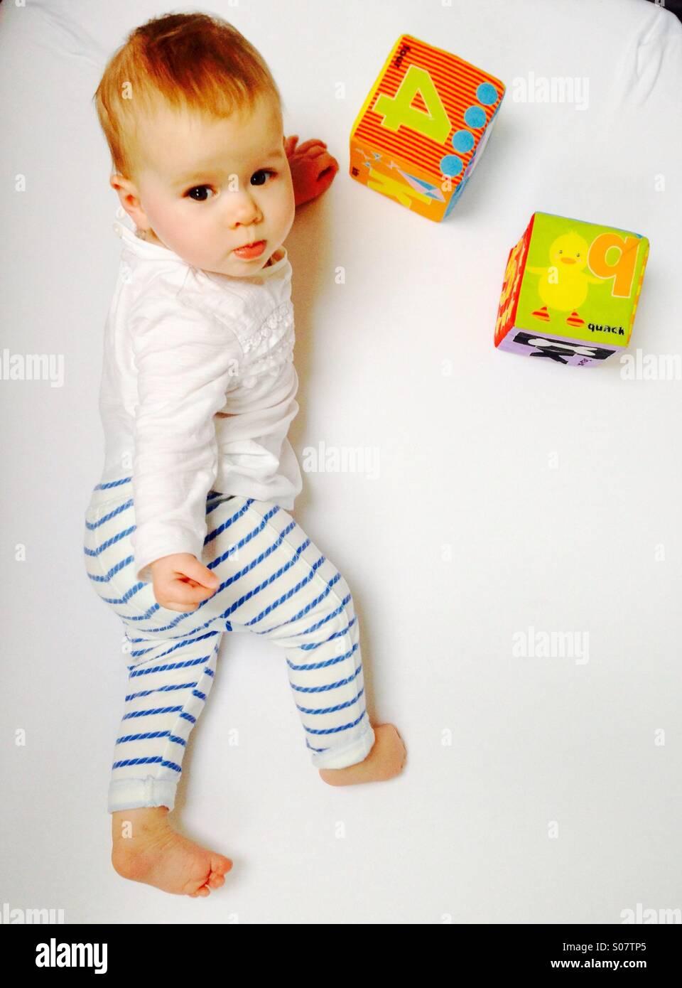 Juguetes Bebe De 8 Meses.Un Bebe De 8 Meses Juega Con Juguetes En Una Hauck Cuna De