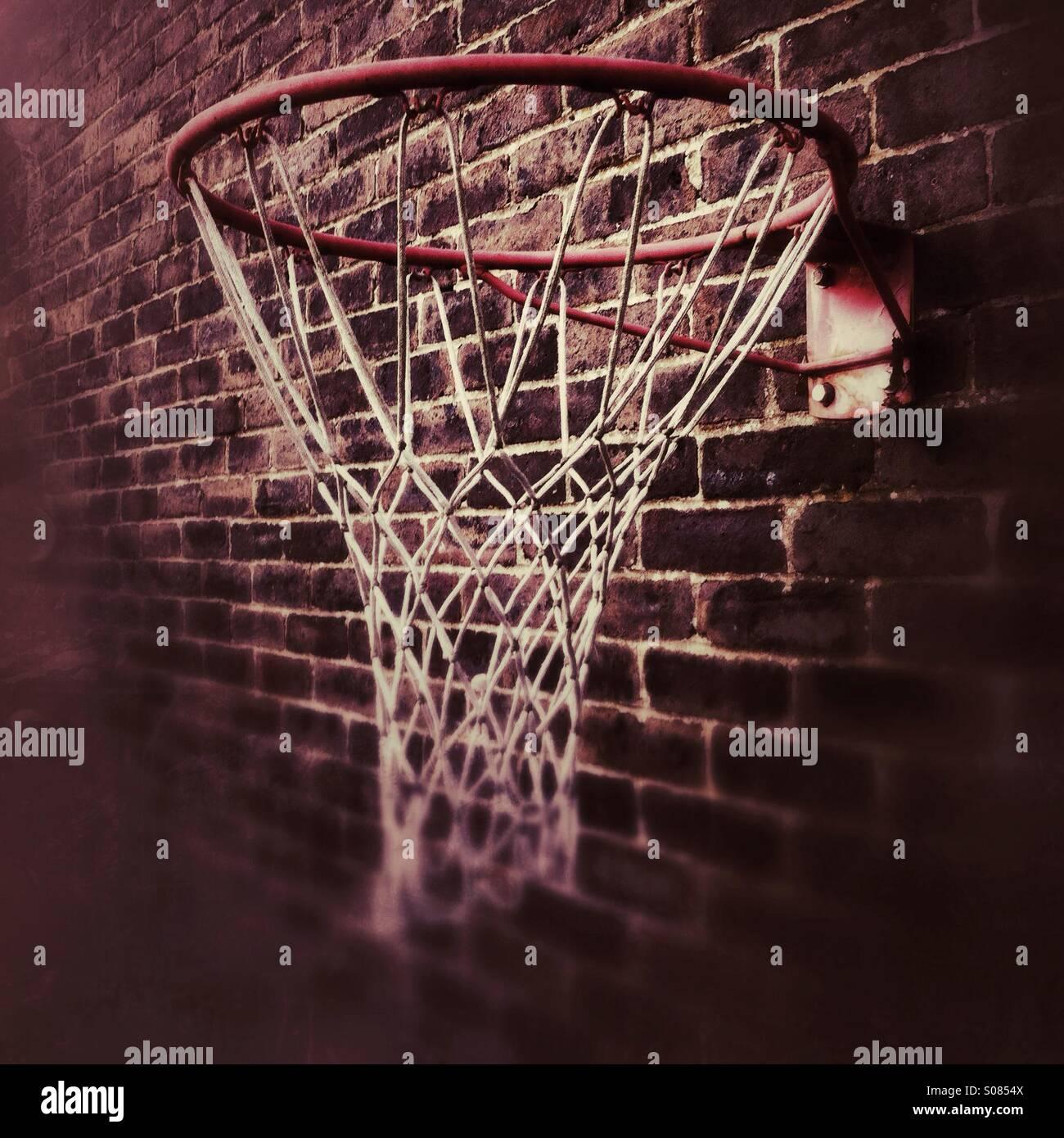 El balonvolea net o hoop montado sobre una pared de ladrillos Imagen De Stock