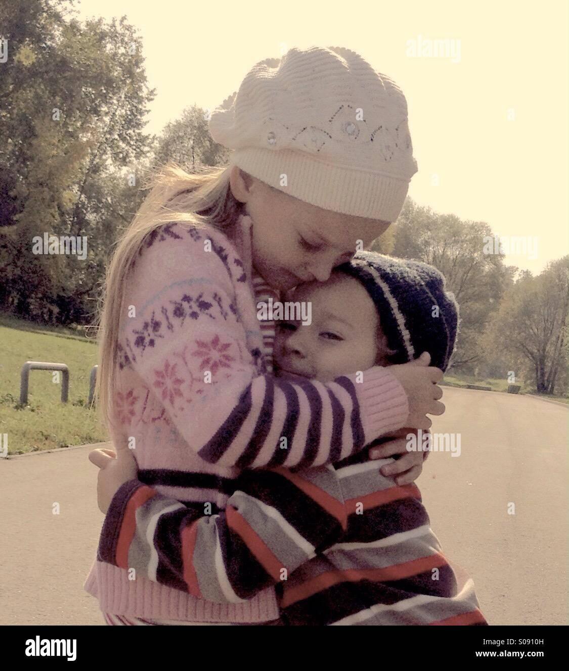 Los niños abrazo Imagen De Stock