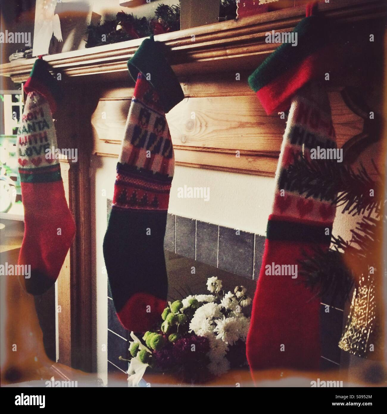 Medias de Navidad colgando sobre la chimenea Imagen De Stock