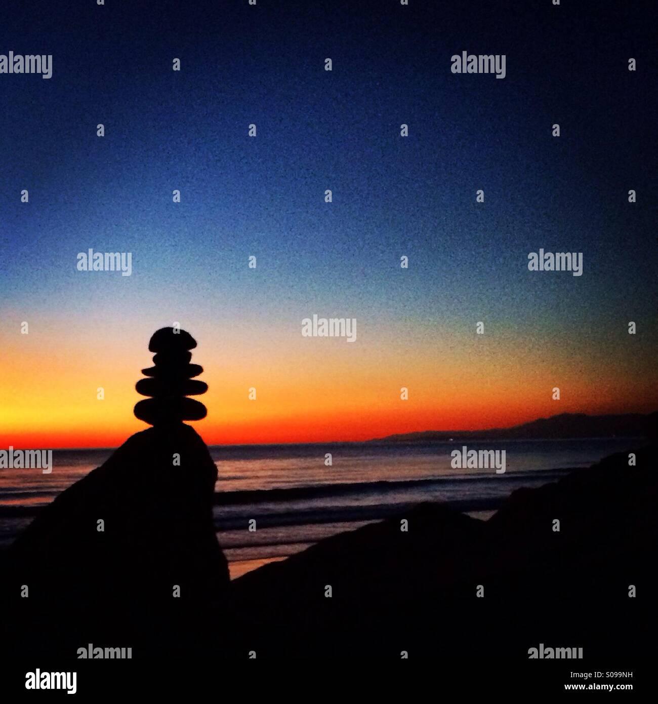 Equilibrar las rocas al atardecer Imagen De Stock