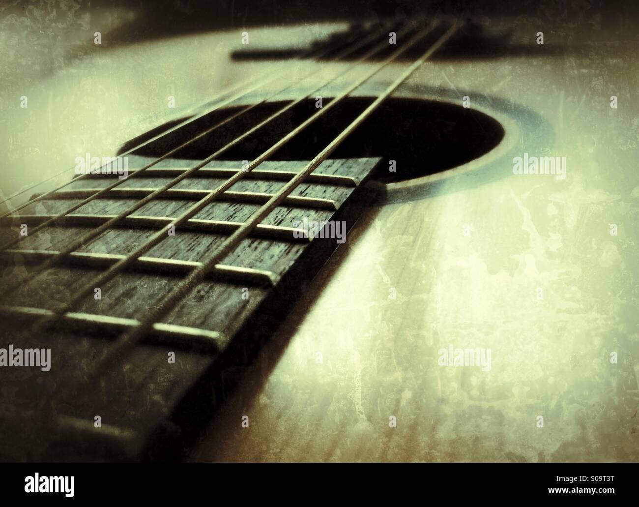Cerca de las cuerdas de acero en una guitarra clásica. Imagen De Stock