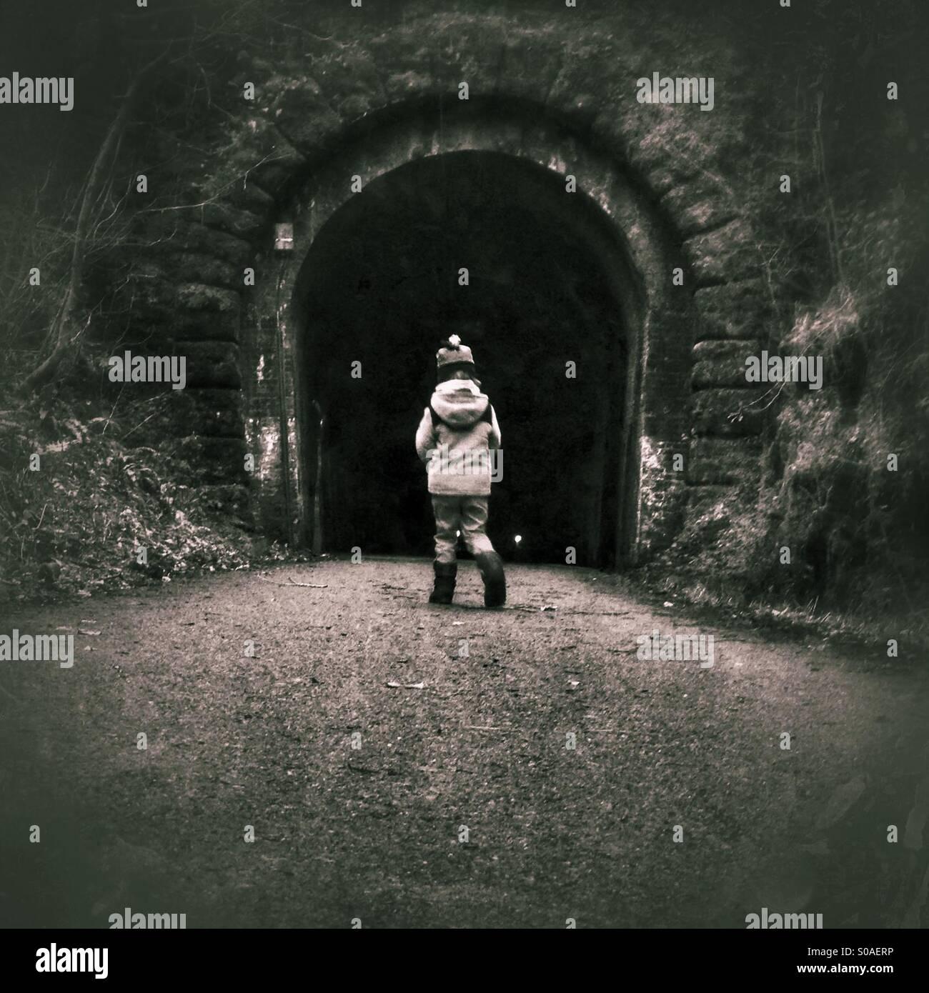 Chico entrando en túnel solo Imagen De Stock