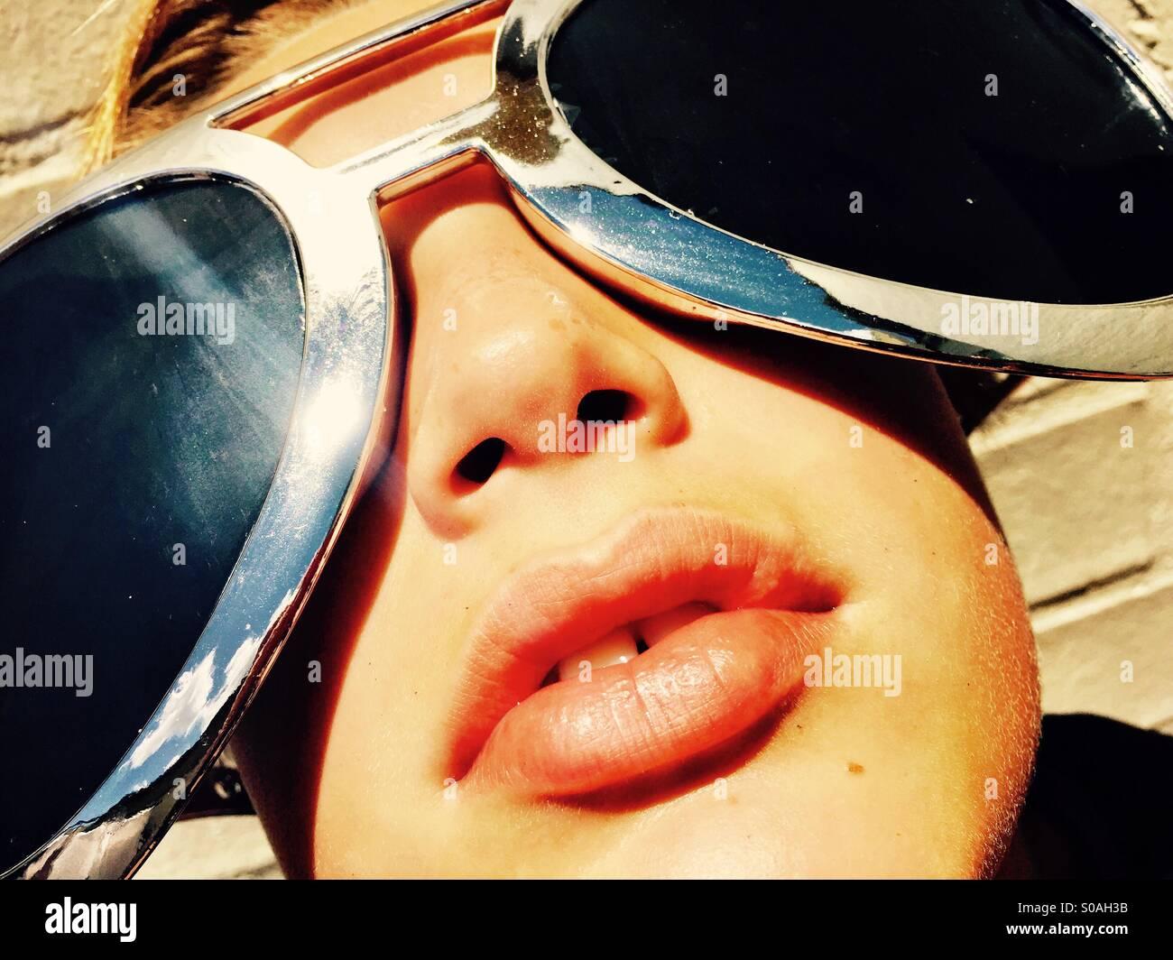 Gafas de sol grande sobre un chico en un caluroso día de verano Imagen De Stock