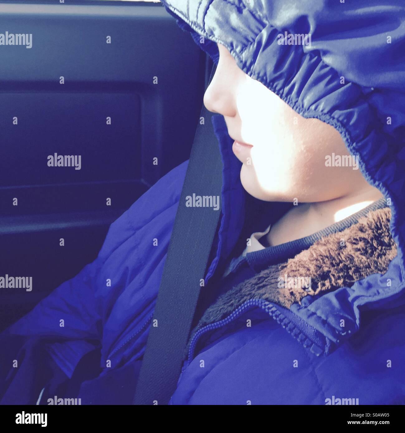 Perfil de los muchachos enfrentan parcialmente oscurecida por jacket hood Imagen De Stock