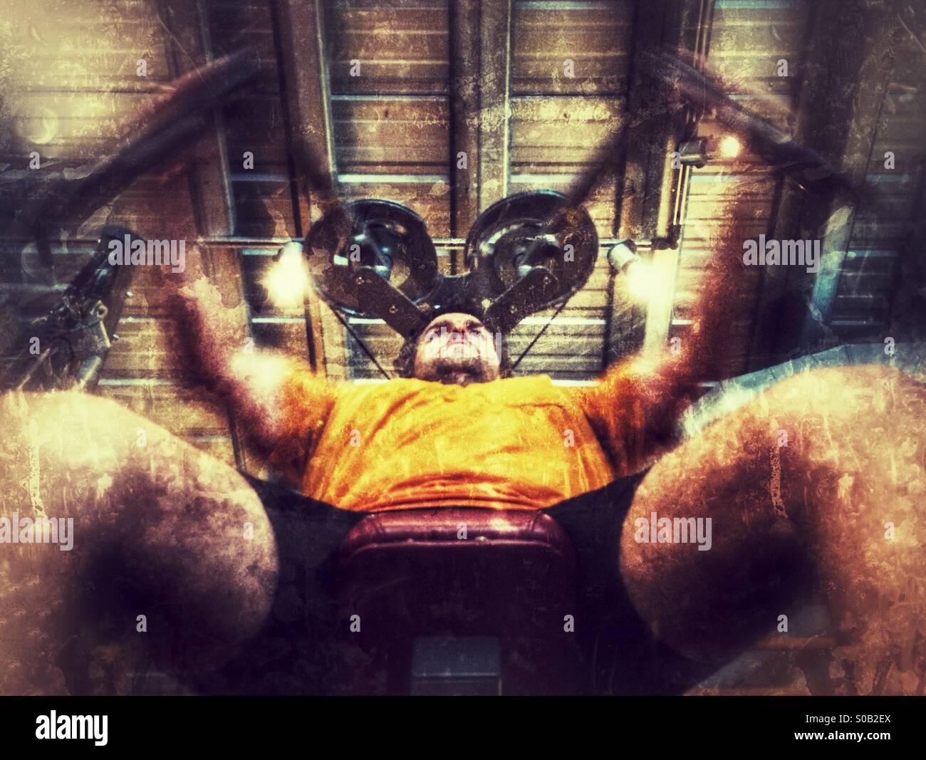 Caucásicos de mediana edad hombre trabajando sobre una mosca pectorales / máquina de mariposas en un gimnasio. Imagen De Stock
