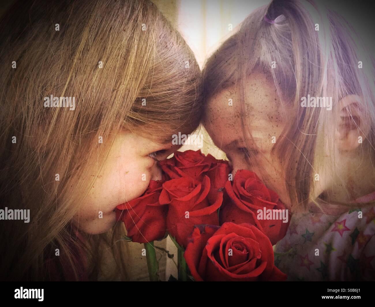 Las hermanas con rosas Imagen De Stock