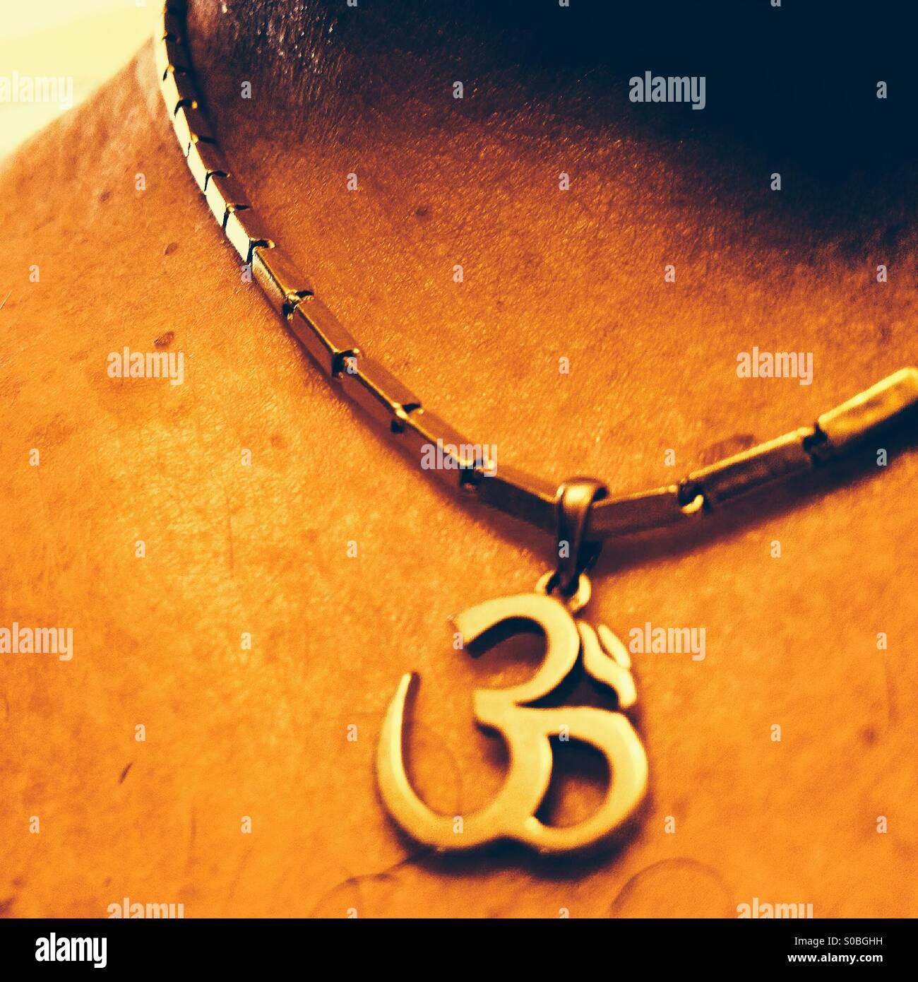 cfc92605c7e2 Oro tailandés tailandés con collar de oro encanto Om colgantes en mans  cuello