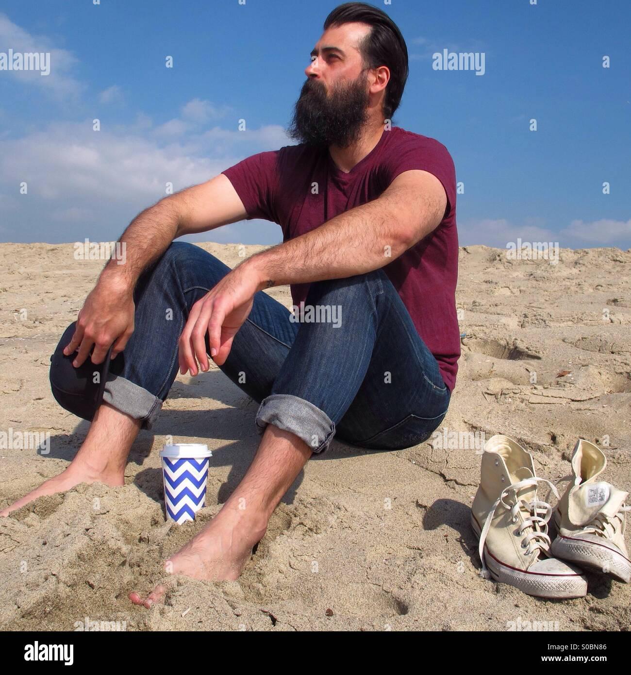 Sentado en la playa Imagen De Stock