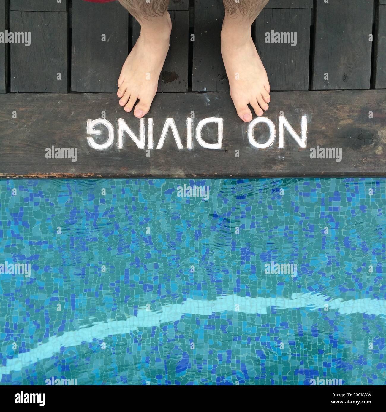 Dos pies de profundidad de borde de piscina Imagen De Stock
