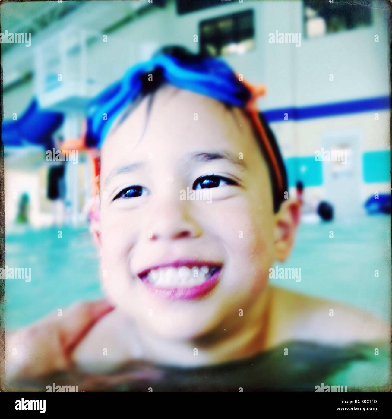 Niño en la piscina Imagen De Stock