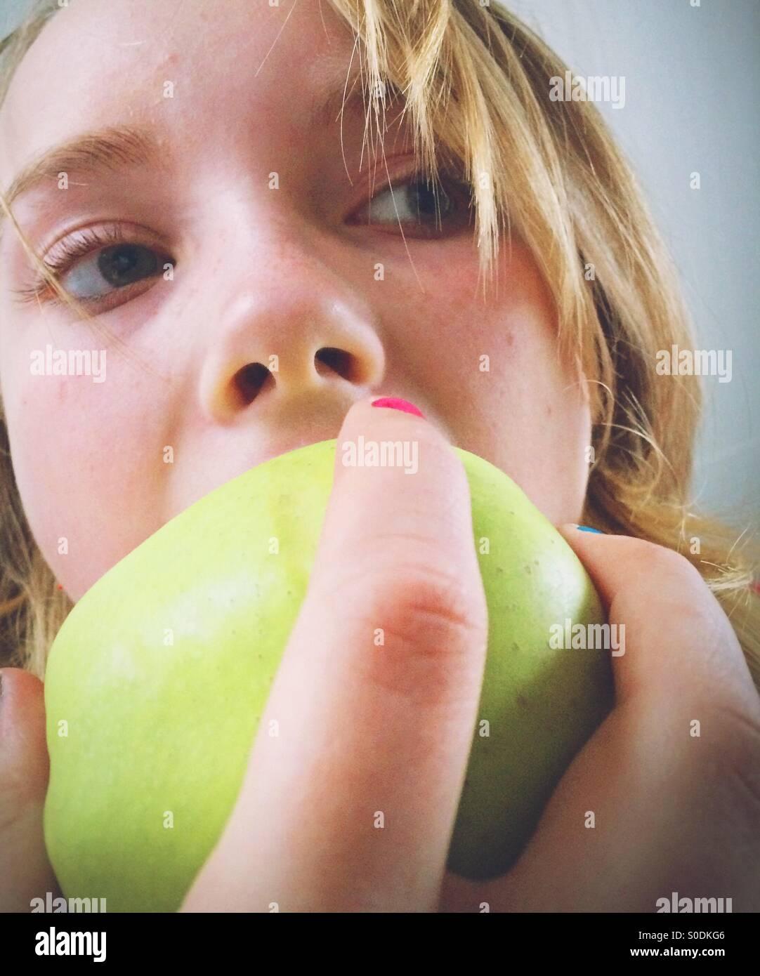Comer manzana Foto de stock