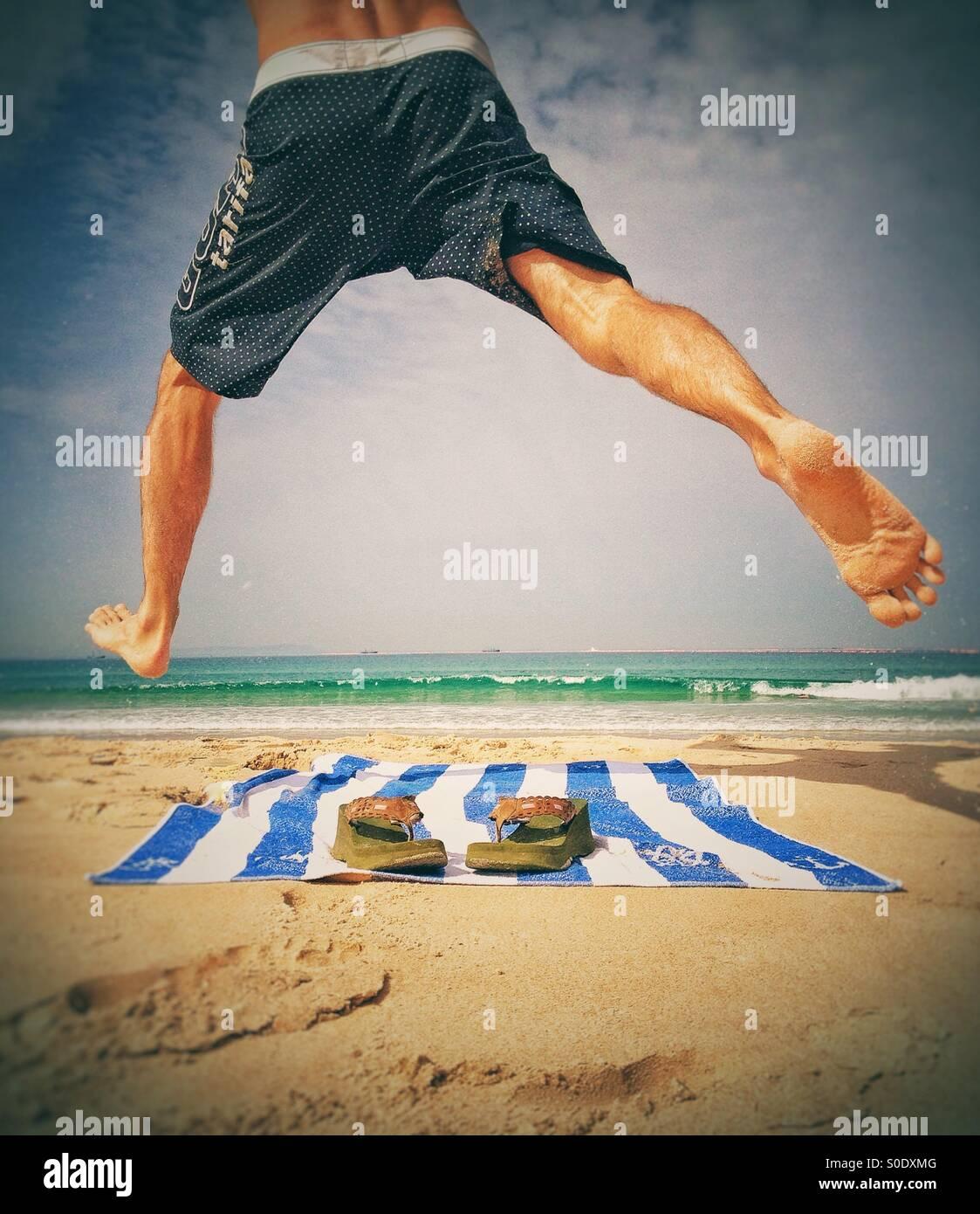 Hombre disfrutando en la playa. Foto de stock
