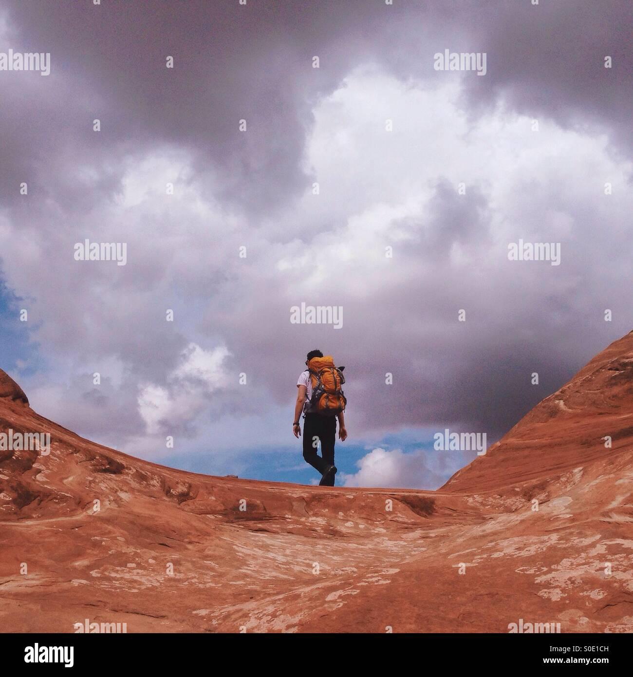 El Cañón Roca excursionista con mochila Imagen De Stock
