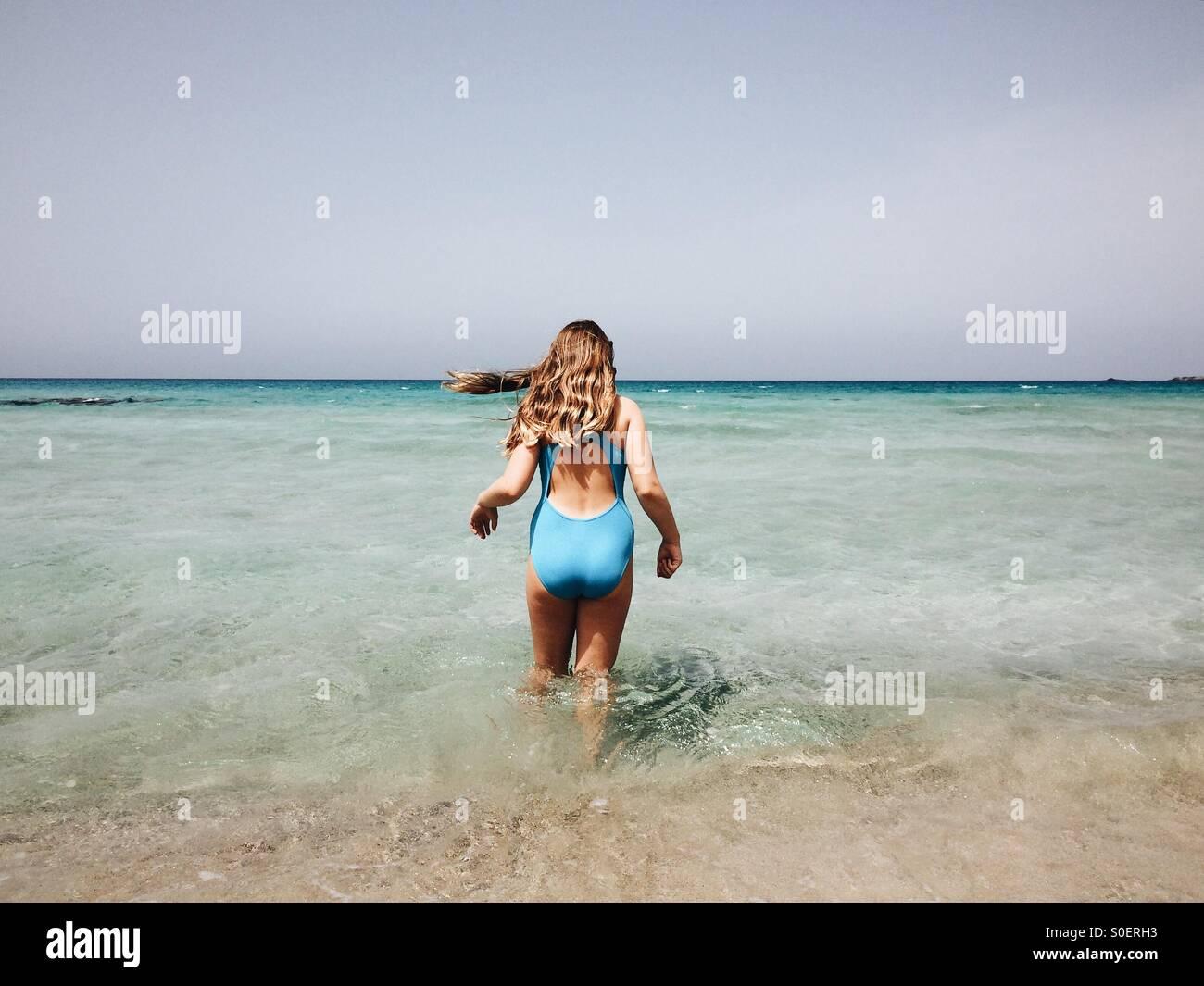 Chica, remando, Creta, Grecia Imagen De Stock