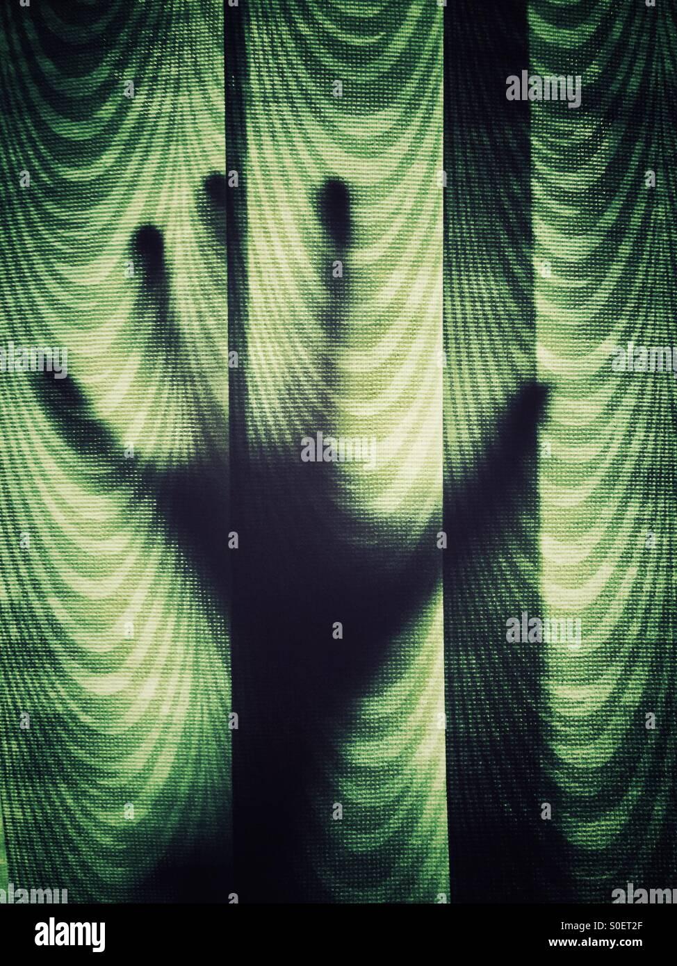 Mano contra las cortinas Imagen De Stock