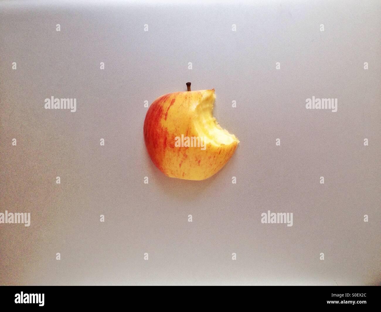Equipo de aluminio con una superficie de manzana mordida Imagen De Stock