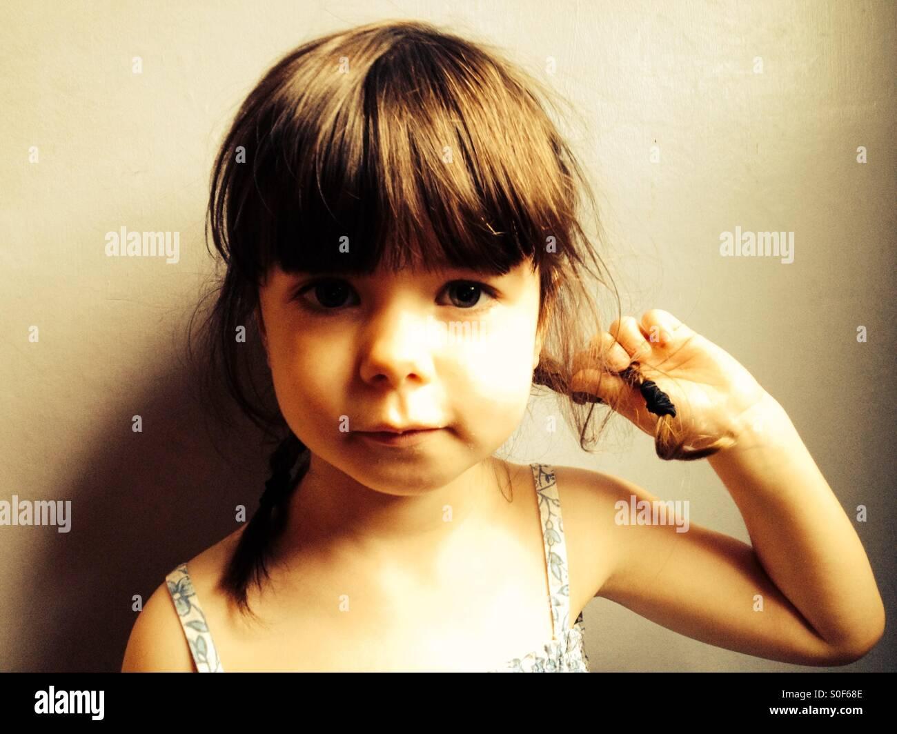Niña de 3 años con Pigtails en su cabello Imagen De Stock