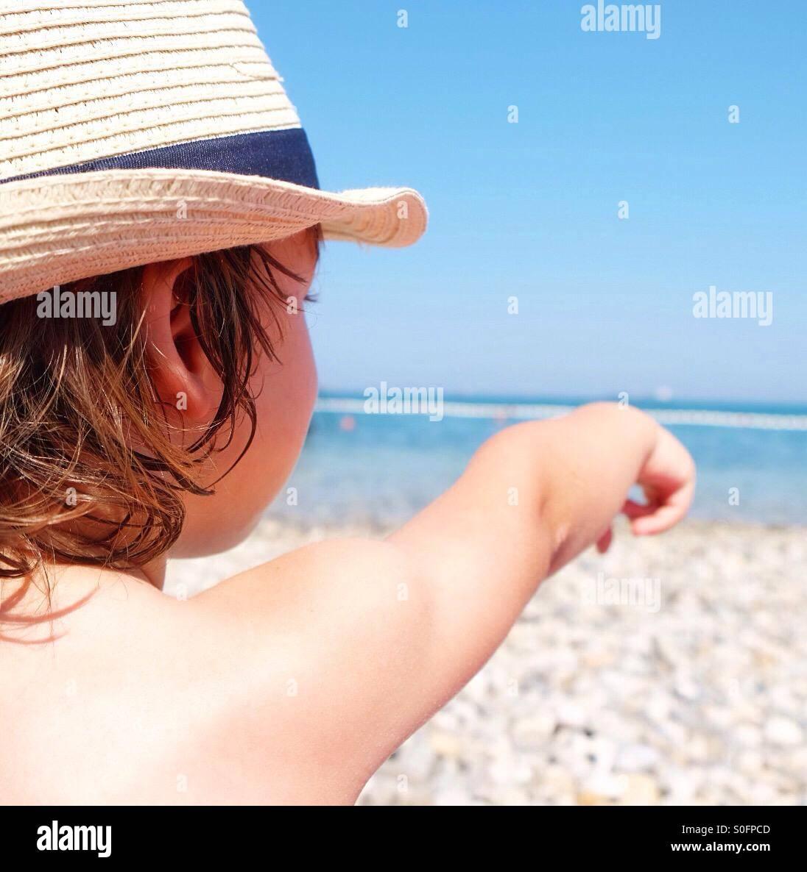Chico en la playa. Imagen De Stock