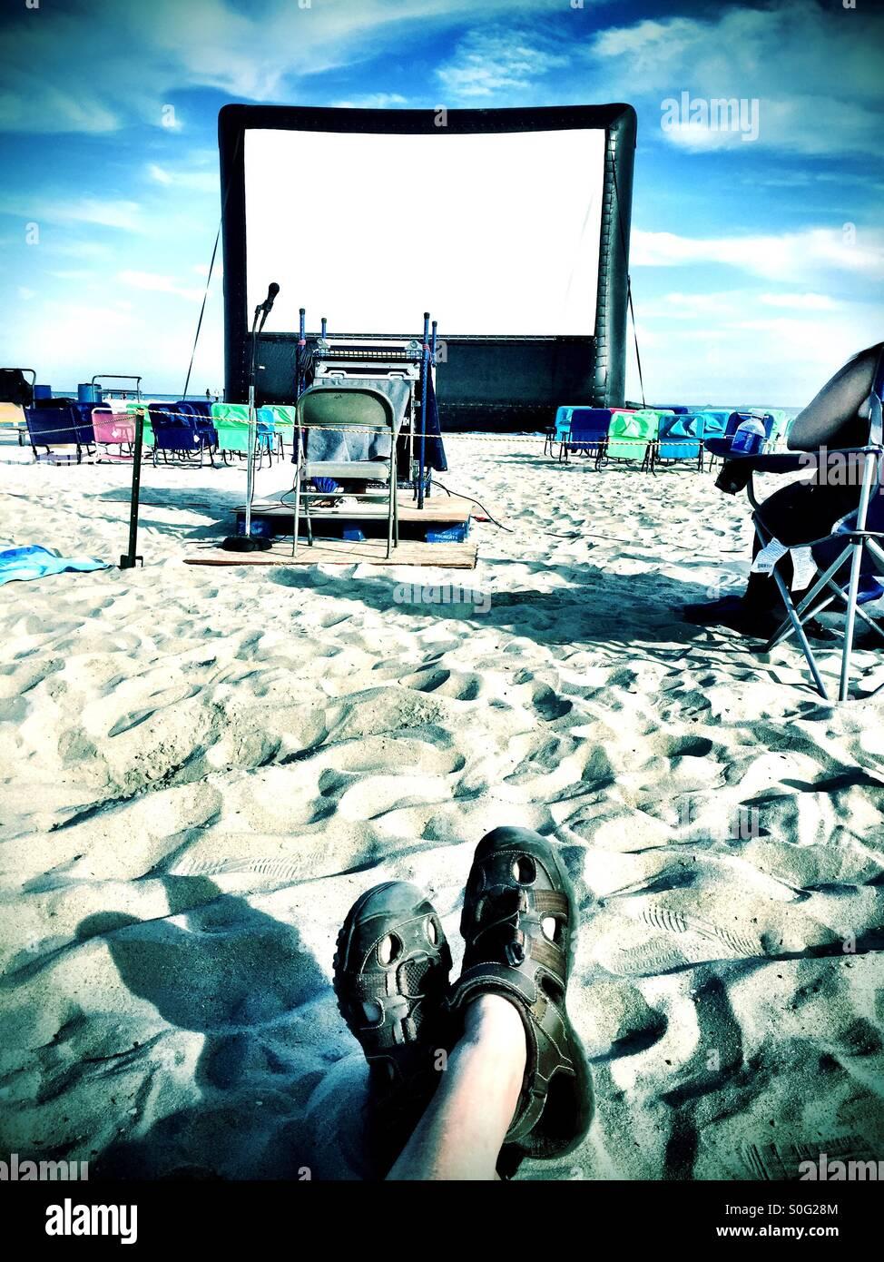 Preparándose para ver una película en la playa; Long Beach, California. Imagen De Stock