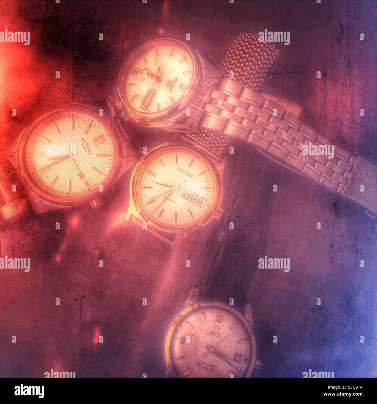 Una colección de cuatro relojes de hombre en un tocador. Imagen De Stock