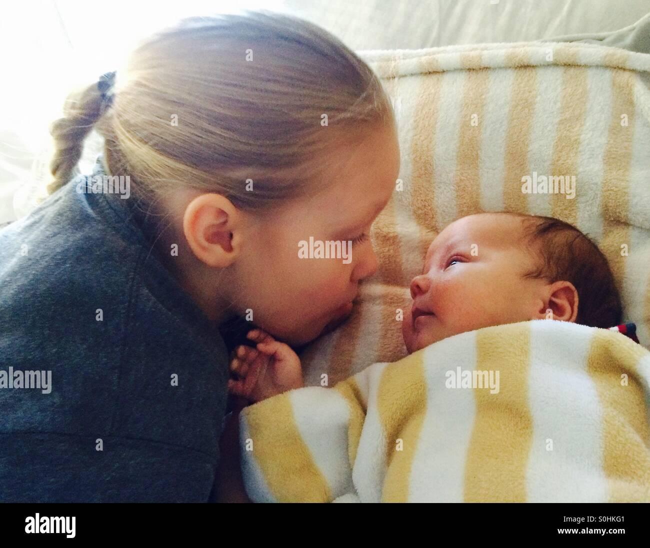 Chica busca a su hermano bebé Imagen De Stock