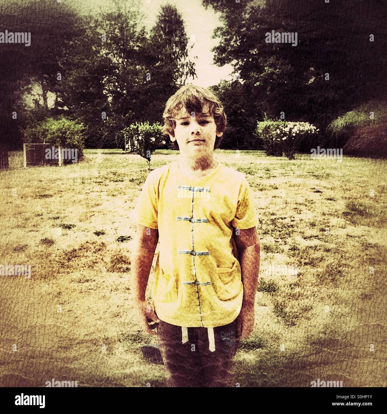 Niño de seis años de edad posando Imagen De Stock