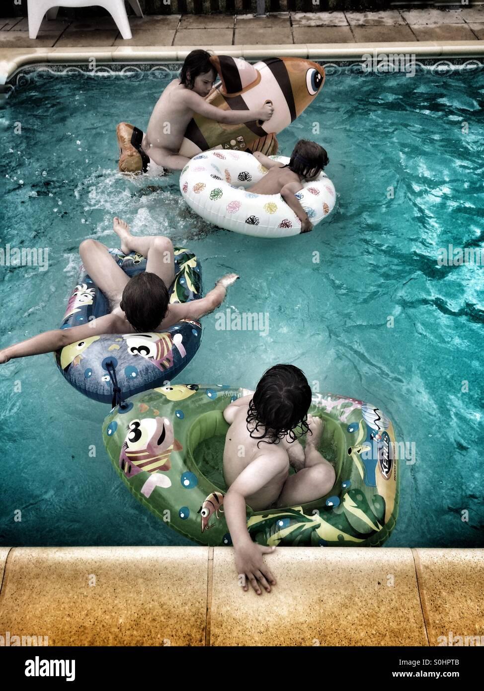 Diversión en la piscina Imagen De Stock