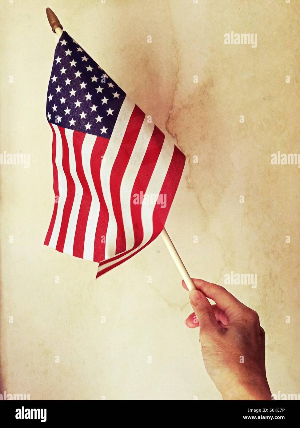 Mano sosteniendo la bandera americana Imagen De Stock