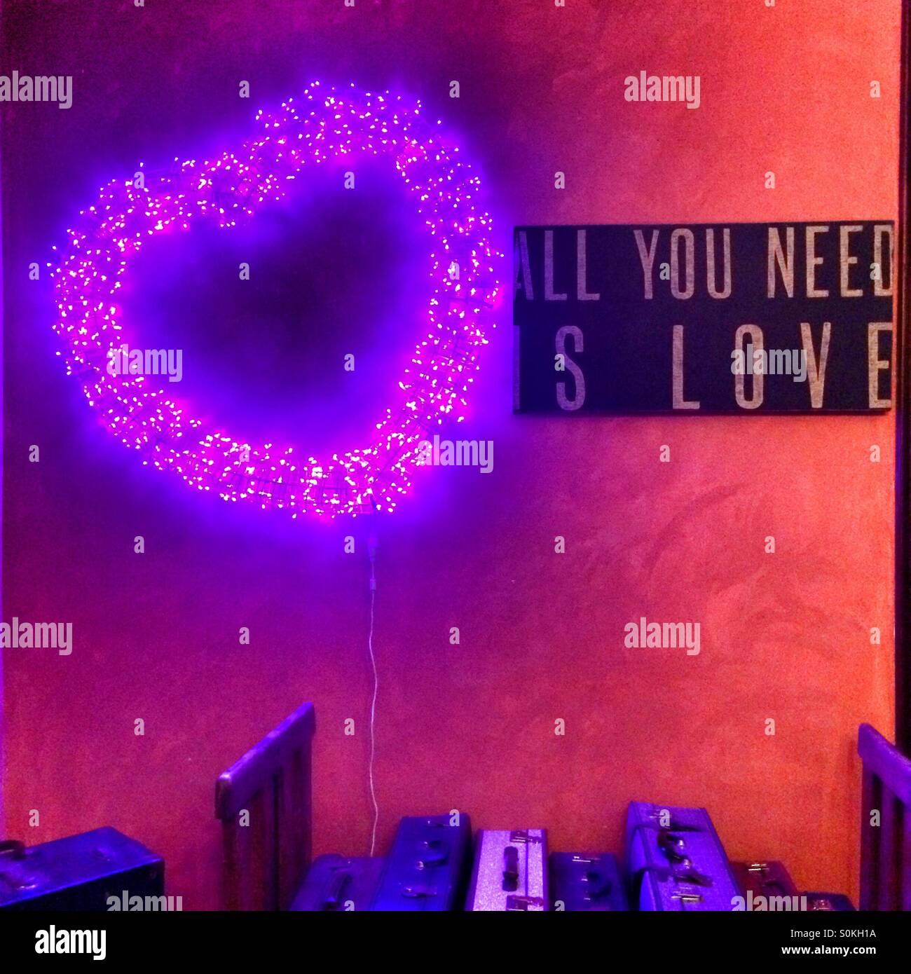 """Un corazón de amor y """"Todo lo que necesitas es amor' firmar. Foto de stock"""