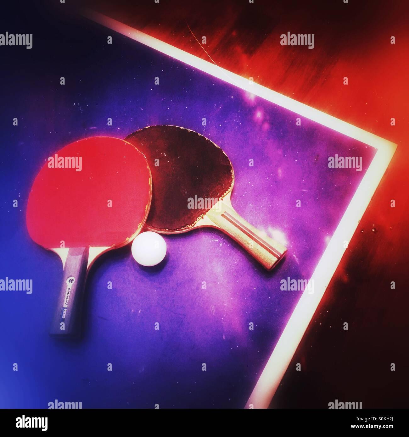 Dos paletas de tenis de mesa en una tabla Imagen De Stock